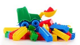 Kleurrijk plastic die kinderenspeelgoed op witte achtergrond wordt geïsoleerd Stock Foto's