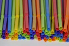 Kleurrijk Plastic het Drinken omhoog Gestapeld Stro Royalty-vrije Stock Foto's