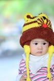 Kleurrijk portret van leuke babyjongen gekleed in leeuw custume, looki Stock Afbeeldingen