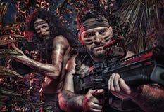 Kleurrijk portret van twee ernstige militairen die in jung vechten royalty-vrije stock fotografie