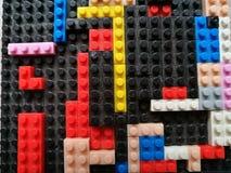Kleurrijk Puzzelplastiek bouwblokken of baksteenstuk speelgoed Kinderenconcept onderwijs stock foto