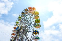 Kleurrijk Reuzenrad tegen de blauwe hemel Royalty-vrije Stock Foto