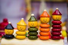 Kleurrijk ringsstuk speelgoed die poppencijfers met stijgende grootte stapelen royalty-vrije stock fotografie