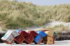 Kleurrijk roofed rieten ligstoelen bij het strand Stock Afbeeldingen