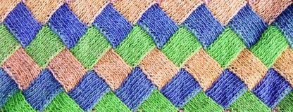 Kleurrijk roze, groen, blauw, oranje, gebreid patroon van wolcardigan Rustieke wol royalty-vrije stock foto