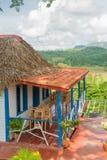Kleurrijk rustiek blokhuis bij de Vinales-Vallei Stock Fotografie