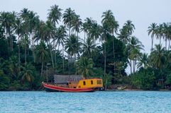 Kleurrijk schip op het kalme overzees Stock Foto's