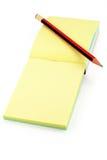 Kleurrijk schrijfpapier en potlood Stock Foto's