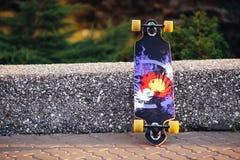 Kleurrijk skateboard op een weg in zomer royalty-vrije stock afbeelding