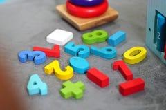 Kleurrijk speelgoed in speelkamer stock afbeeldingen