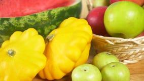 Kleurrijk stilleven op een gekleurde achtergrond Pompoen, pompoen, appelen De herfstoogst 4k stock video
