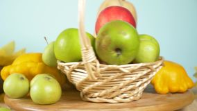 Kleurrijk stilleven op een gekleurde achtergrond Pompoen, pompoen, appelen De herfstoogst 4k stock videobeelden