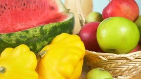 Kleurrijk stilleven op een gekleurde achtergrond Pompoen, pompoen, appelen De herfstoogst 4k stock footage