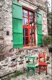 Kleurrijk stoelen en venster Stock Afbeelding