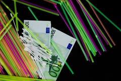 Kleurrijk stro, KATOENEN KNOPPEN en 100 euro bankbiljetten Stock Fotografie