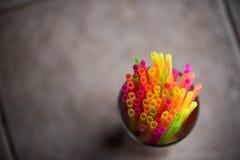 Kleurrijk Stro op een pintglas royalty-vrije stock foto