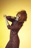 Kleurrijk studioportret van een mooie jonge vrouw met gevoelvol Stock Foto's
