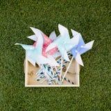 Kleurrijk stuk speelgoed vuurrad tegen groene grasachtergrond Royalty-vrije Stock Fotografie
