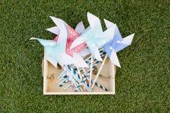 Kleurrijk stuk speelgoed vuurrad tegen groene grasachtergrond Royalty-vrije Stock Foto