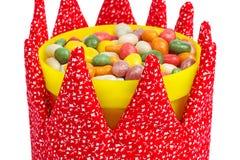 Kleurrijk suikergoed in een gele die emmer met stoffenkroon wordt verfraaid Royalty-vrije Stock Fotografie