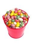 Kleurrijk suikergoed in een kleine rode emmer Royalty-vrije Stock Foto's