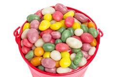 Kleurrijk suikergoed in een kleine rode emmer Royalty-vrije Stock Foto