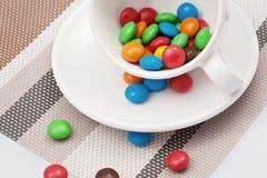 Kleurrijk suikergoed in een witte kop Royalty-vrije Stock Afbeelding