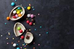 Kleurrijk suikergoed en chocoladeei stock afbeelding