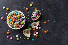 Kleurrijk suikergoed en chocoladeei stock foto