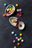 Kleurrijk suikergoed en chocoladeei royalty-vrije stock foto's