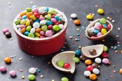 Kleurrijk suikergoed en chocoladeei stock afbeeldingen