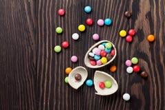 Kleurrijk suikergoed en chocoladeei stock fotografie