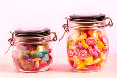 Kleurrijk suikergoed in fles op achtergrond Royalty-vrije Stock Foto's
