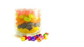 Kleurrijk suikergoed in glas op witte achtergrond Royalty-vrije Stock Afbeeldingen