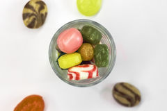 Kleurrijk suikergoed in glaskom op wit Royalty-vrije Stock Foto's