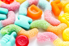 Kleurrijk suikergoed op abstract textuurpatroon als achtergrond Stock Afbeeldingen