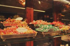 Kleurrijk suikergoed op de opslag in Rome, Italië - September 5, 2017 stock afbeeldingen