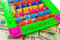 Kleurrijk telraam op de achtergrond van Amerikaanse dollars, achtergrondtextuur Royalty-vrije Stock Foto