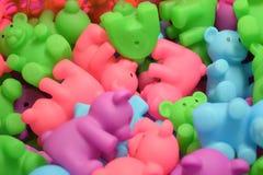 Kleurrijk Toy Bears In een Stapel Stock Fotografie