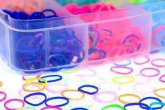Kleurrijk van de elastische banden van het regenboogweefgetouw in de doos Stock Fotografie