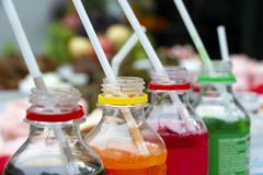 Kleurrijk van de sprankelende flessen van de frisdranken pop soda met plastic stro Plastic flessen van geassorteerd sprankelend i stock afbeeldingen