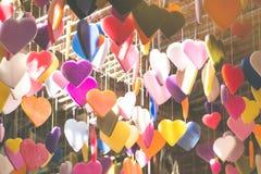 Kleurrijk van harten die van de ontwerpen worden gemaakt die van het kaarspatroon van c hangen royalty-vrije stock foto