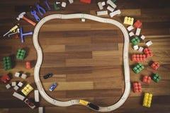 Kleurrijk van het jonge geitjesspeelgoed kader als achtergrond met veel speelgoed op houten vloerachtergrond Hoogste mening Vlak  Royalty-vrije Stock Afbeeldingen