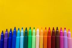 Kleurrijk van kleurenpen met gele achtergrond wordt ge?soleerd die stock fotografie