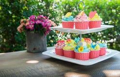 Kleurrijk van kopcakes op plankenschotel Stock Foto's