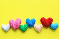 Kleurrijk van Met de hand gemaakt haak hart op gele achtergrond voor valentijnskaartendag royalty-vrije stock afbeeldingen