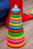 Kleurrijk van plastic kegelstuk speelgoed op het strand Miniatuur valse Piramide op witte achtergrond Poppenhuisminiatuur, het st stock foto