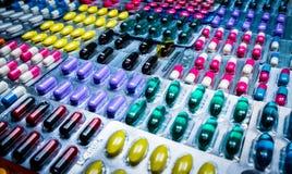 Kleurrijk van tabletten en capsulespil in blaar schikte de verpakking met mooi patroon Farmaceutisch de Industrieconcept royalty-vrije stock foto