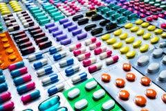Kleurrijk van tabletten en capsulespil in blaar schikte de verpakking met mooi patroon Farmaceutisch de Industrieconcept royalty-vrije stock afbeeldingen