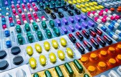 Kleurrijk van tabletten en capsulespil in blaar schikte de verpakking met mooi patroon Farmaceutisch de Industrieconcept stock fotografie